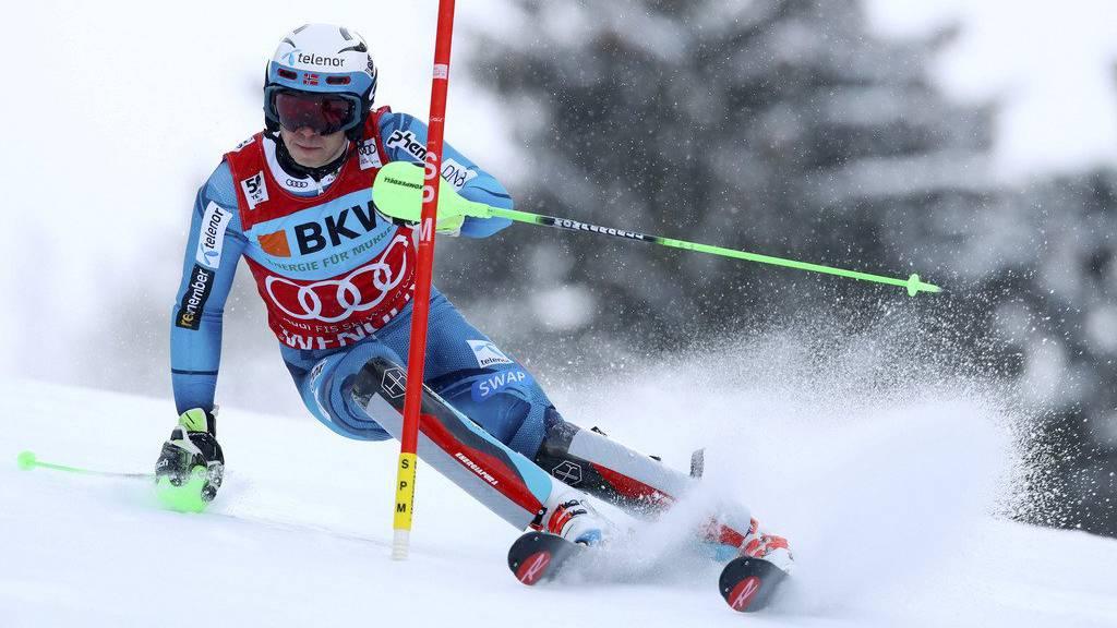 Der Norweger Henrik Kristoffersen führt beim Slalom in Wengen.