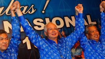 Najib Razak - wiedergewählter Regierungschef (zweiter von links)
