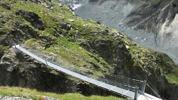 In 120 Metern Höhe überquert die neue, 45 Meter lange Hängebrücke den Bergbach Tsina de Vio.