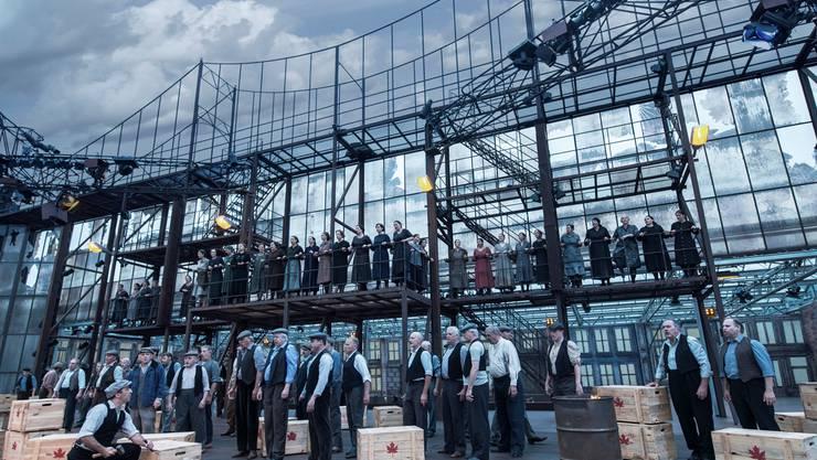 Das monumentale, bis zu 15 Meter hohe «Trovatore»-Bühnenbild beeindruckte das Publikum.