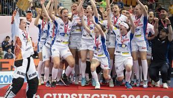 Die Unihockey-Spielerinnen von Kloten-Dietlikon bejubeln den elften Cupsieg der Vereinsgeschichte
