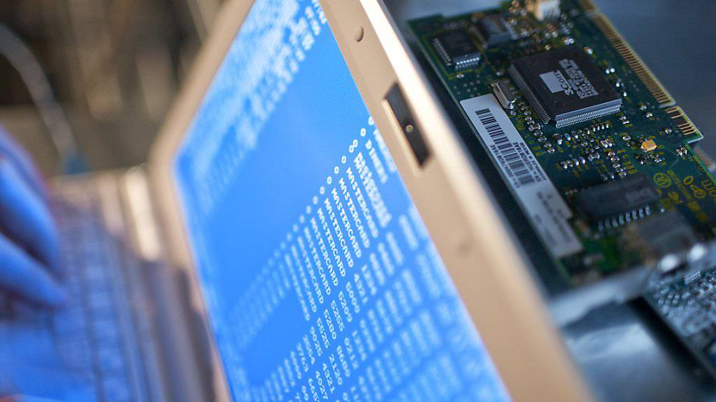 Der Verein Digitale Gesellschaft kritisiert, dass mit der Kabelaufklärung der gesamte Fernmeldeverkehr überwacht wird. (Symbolbild)