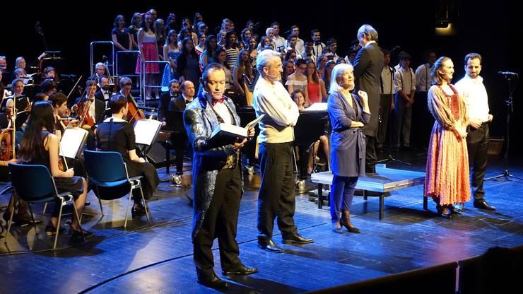 Hauptdarsteller mit Erzähler, Chor, Orchester und Dirigient Christoforo Spagnuolo