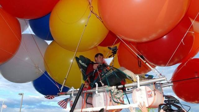 Der Amerikaner Kent Couch beim Start seiner Gartenstuhl-Ballonfahrt