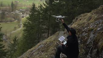 Auf der Suche nach dem vermissten Speedflyer im Lauterbrunnental, lässt ein Freiwilliger eine Drohne steigen (Aufnahme von vergangener Woche).