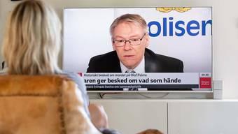 Eine Frau schaut die Pressekonferenz von Krister Peterson, Chefankläger im Fall der Ermordung des ehemaligen schwedischen Ministerpräsidenten Olof Palme. Foto: Daniel Stiller/Bildbyran via ZUMA Press/dpa