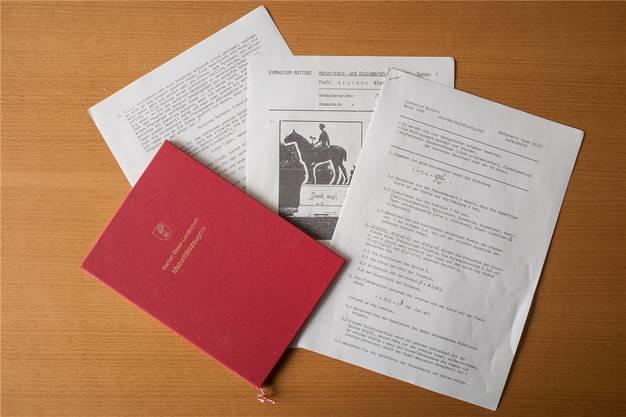 Die Prüfungsunterlagen von 1985 sind schreibmaschinengetippt und wurden mittels Wachsmatrizen vervielfältigt. Daneben das Maturitätszeugnis von heute.