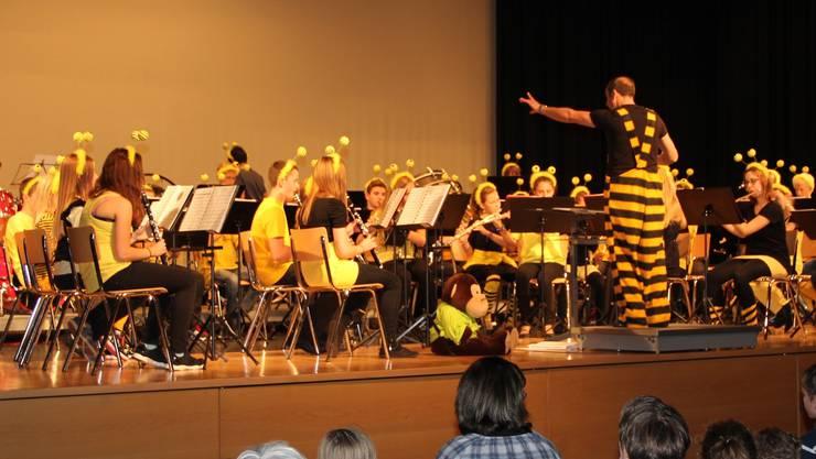 Die Young Concert Band präsentierte sich im zweiten Teil des Konzerts als Bienenschwarm.