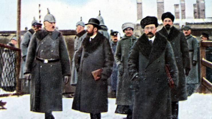 Ankunft der bolschewistischen Delegation in Brest-Litowsk: Lew Borisowitsch Kamenew (mit Hut), Leo Trotzki (vorne) und Adolf Abramowitsch Joffe (hinter Trotzki).