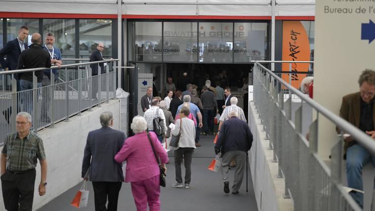 Die Aktionärinnen und Aktionäre trudeln zur Generalversammlung der Swatch beim Tissot Velodrome ein.