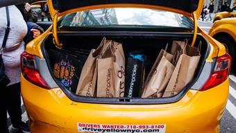 Mit Einkaufstaschen gefüllter Kofferraum eines New Yorker Taxis.
