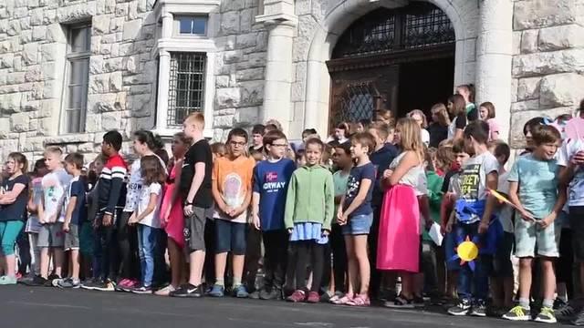 «Euse neu Palascht»: die Schüler singen das Stapferlied