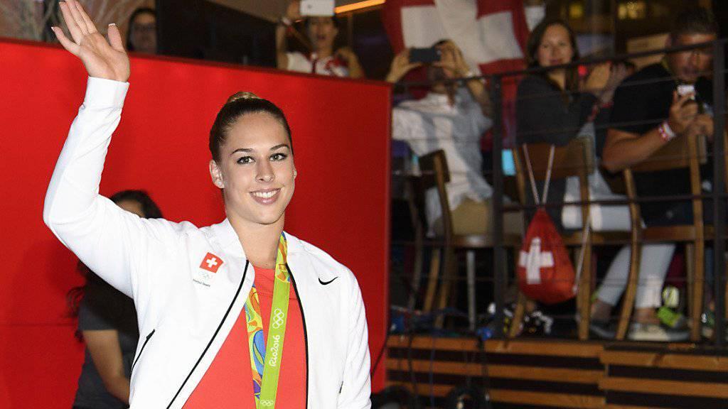 Giulia Steingruber feiert ihre am Sprung gewonnene Bronzemedaille im House of Switzerland