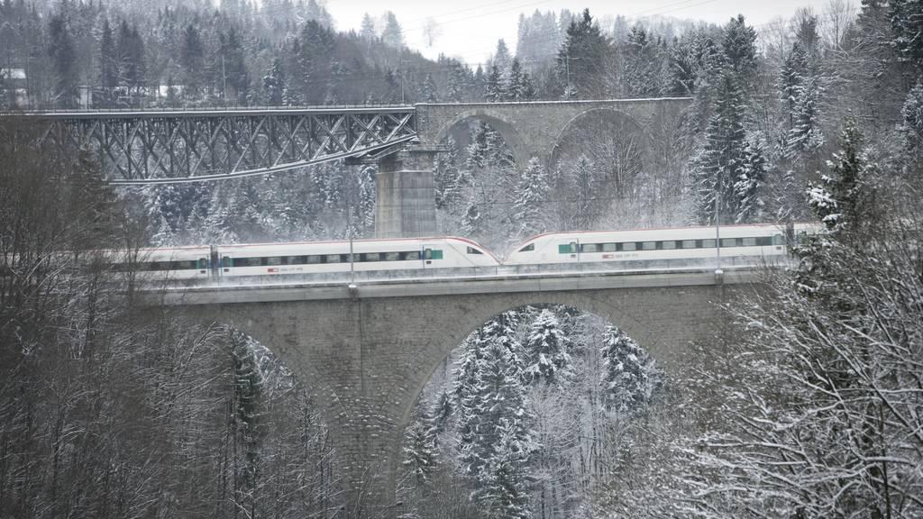 Die SBB-Sitterbrücke (vorne) wird für den Fuss- und Veloverkehr einen Tag lang gesperrt