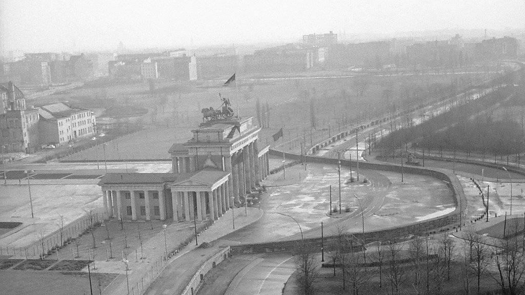 Die Berliner Mauer ist am heutigen Montag genauso lange weg, wie sie existiert hatte. (Archivbild)