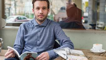 Alain Gloor, redaktioneller Leiter des jungen Magazins «Lasso» mit drei der bisherigen Ausgaben – die neuste erscheint am Freitag.