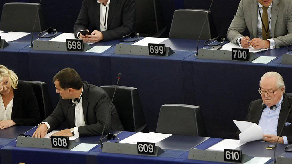 Der französische Rechtsextreme Jean-Marie Le Pen (r) bleibt aus der von ihm gegründeten Partei Front National (FN) ausgeschlossen. Ein Gericht erklärte den von seiner Tochter Marine Le Pen (l) betriebenen Rauswurf für rechtmässig. Jean-Marie Le Pen ist weiterhin EU-Abgeordneter. (Archivbild)