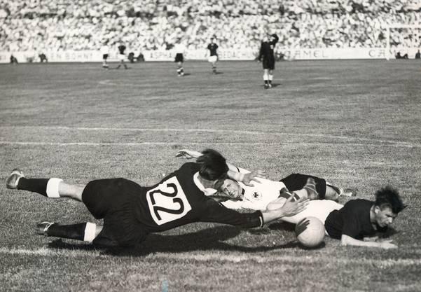 Der Goalie der Deutschen, Heinrich Kwiatkowski, wehrt den Ball ab gegen Ferenc Puskas, der gerade von Werner Liebrich angegriffen wurde.