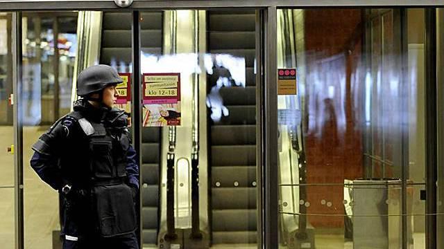 Polizist überwacht den Eingang zum Shopping-Center in Finnland