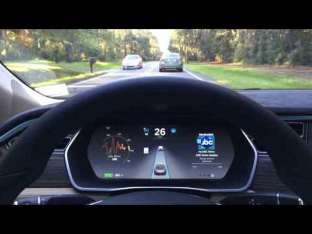 Testfahrt auf der Autobahn mit dem Tesla-Autopilot