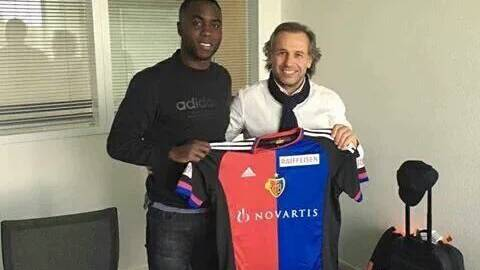 Dieses Bild kursiert im Internet: Éder Balanta posiert zusammen mit seinem Berater mit dem Trikot des FC Basel.