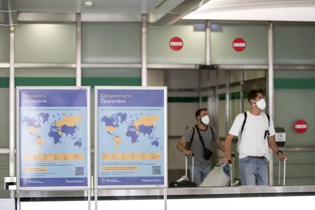 Hinweisschilder für Reisende am Flughafen Zürich (21. Juni 2020)