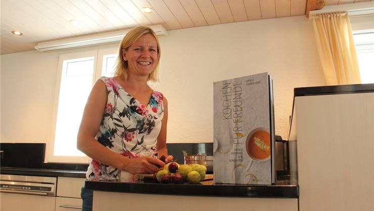 Ursula Furrer mit ihrem Kochbuch «Kochen für Freunde» Archiv/aw