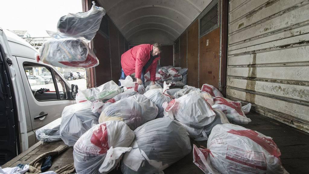 Unter anderem in Rapperswil werden hunderte Säcke mit Altkleidern in Bahnwaggons verladen. (Archiv)