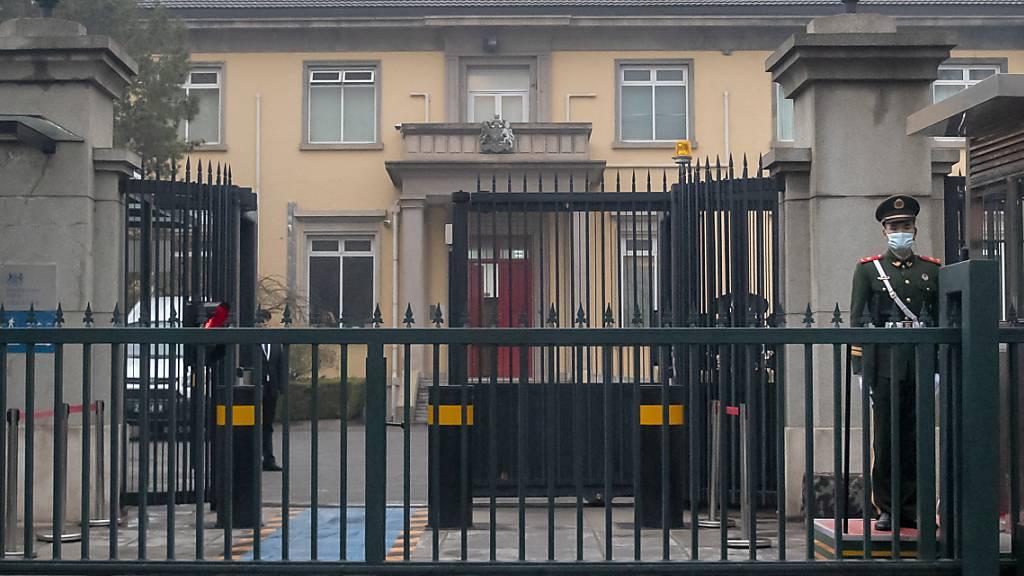 Ein chinesischer paramilitärischer Polizist steht vor der britischen Botschaft Wache. China hat auch Sanktionen gegen britische Einzelpersonen und Unternehmen angekündigt nachdem Großbritannien sich der EU und anderen Ländern angeschlossen hat chinesische Beamte zu sanktionieren denen Menschenrechtsverletzungen in der Region Xinjiang Region vorgeworfen werden. Foto: Mark Schiefelbein/AP/dpa