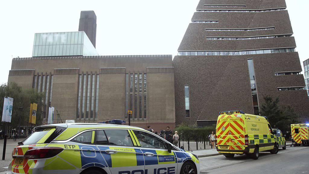 Kranken- und Polizeiautos warten vor dem Museum Tate Modern in London, nachdem ein Jugendlicher ein 6-jähriges Kind von der Aussichtsplattform gestossen hat. Der Täter muss sich wegen versuchten Mordes verantworten.