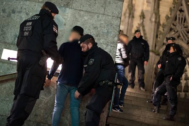Nach den Attacken am Kölner Bahnhof an Silvester hat die Polizei drei Personen verhaftet.