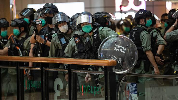 Proteste in Einkaufszentren: Polizeikräfte bereiten sich in Hongkong auf die Räumung einer Shopping Mall vor.