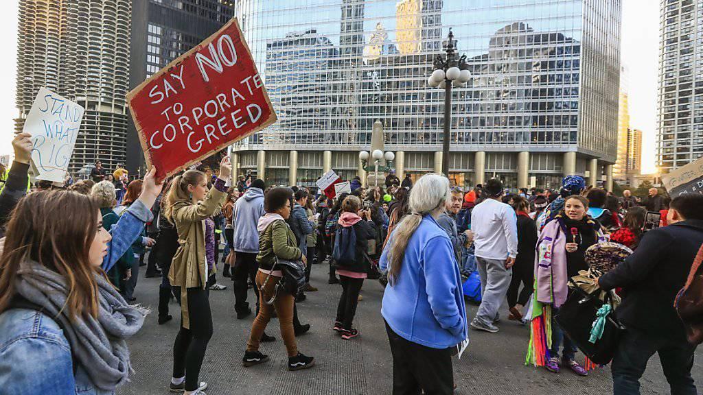 Trumps Wahl führt in den USA nach wie vor zu Protesten - wie hier vor seinem Wohn- und Geschäftshaus in New York.