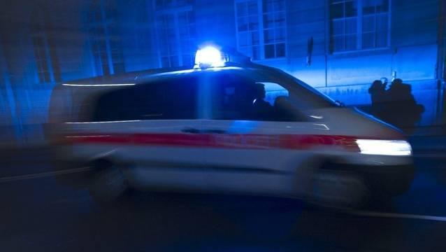 Ein 23-jähriger Schweizer wurde verletzt und musste vom Rettungsdienst mit erheblichen Kopfverletzungen ins Spital gebracht werden. (Symbolbild)