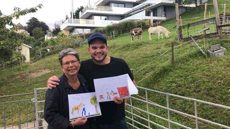 Besuch aus Fahrwangen: Von der Lehrerin der Einschulungsklässer, die Bisang in Fahrwangen ein Stück weit begleitet haben, erhält er einen ganzen Stapel herziger Zeichnungen!
