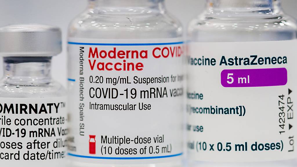 ARCHIV - Ein Fläschchen der Corona-Impfstoffe von Pfizer-BioNTech, Moderna und AstraZeneca. Foto: Daniel Karmann/dpa