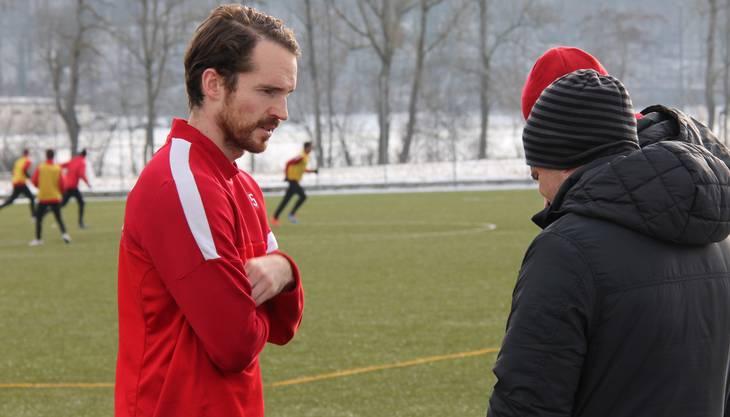Testspieler Tim Janssen spricht während des FCA-Trainings in Gränichen mit Konditionstrainer Reto Jäggi (r.)