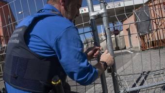 Grenzschützer sperren Schweizer Grenzübergänge zu Italien.