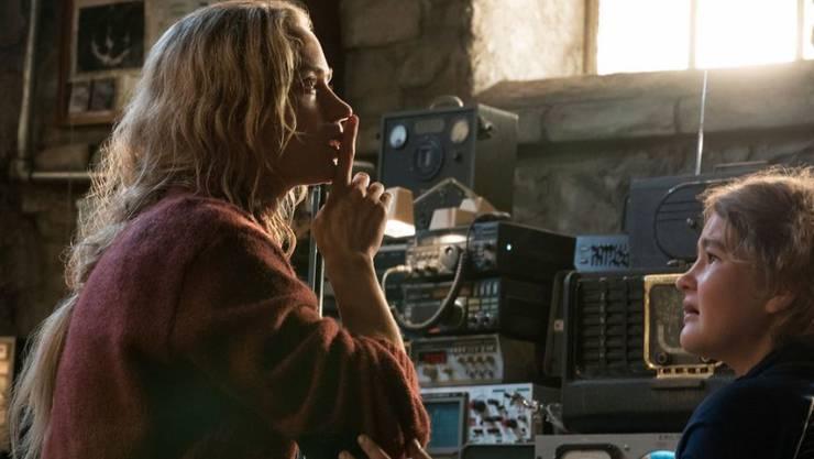 """Emily Blunt (l) mit Millicent Simmonds, die im Horror-Film """"A Quiet Place"""" ihre Tochter spielt. Die Schauspielerin sieht sich solche Filme privat nicht an: Als Mutter fühlt sie viel zu stark mit bedrohten Kindern mit. (Archivbild)"""
