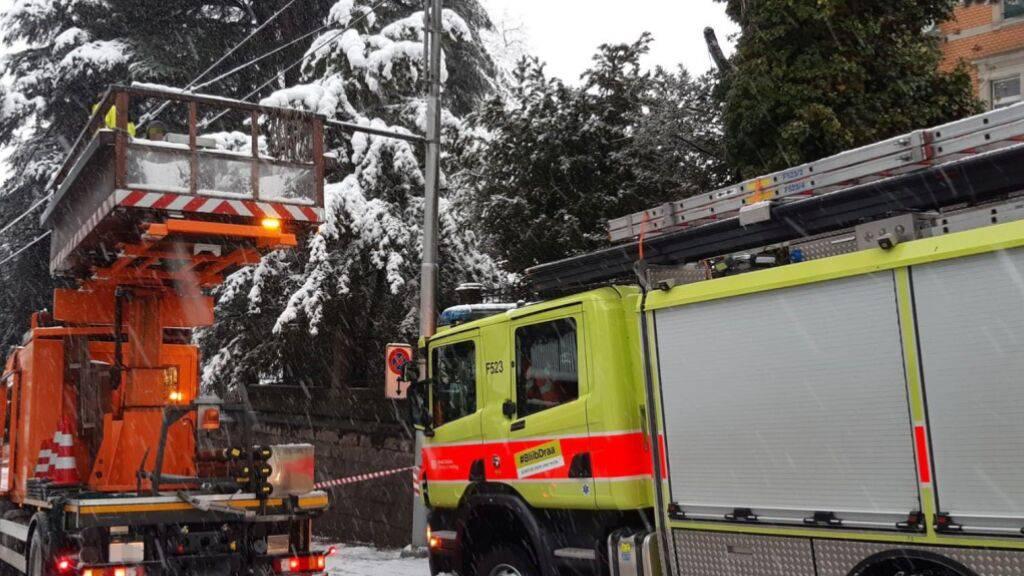 Die Feuerwehren im Kanton Zürich zählten 2500 Einsätze wegen des starken Schneefalls. Teils war schweres Gerät notwendig.