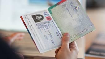 Bis Ende Juni haben sich laut Staatssekretariat für Migration (SEM) 482 Ausländerinnen und Ausländer der dritten Generation für eine erleichterte Einbürgerung entschieden.