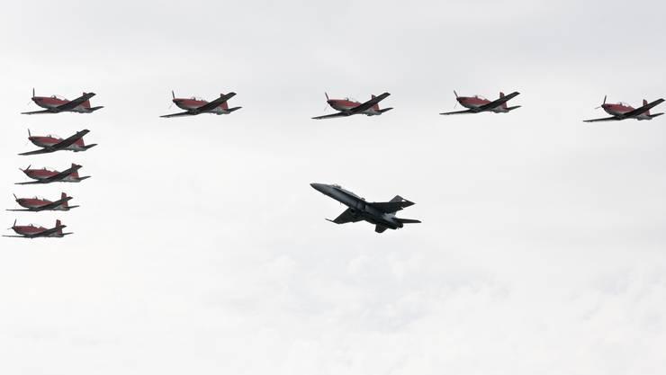 Eine Hornet F/A-18 kam mit dem PC-7 Team