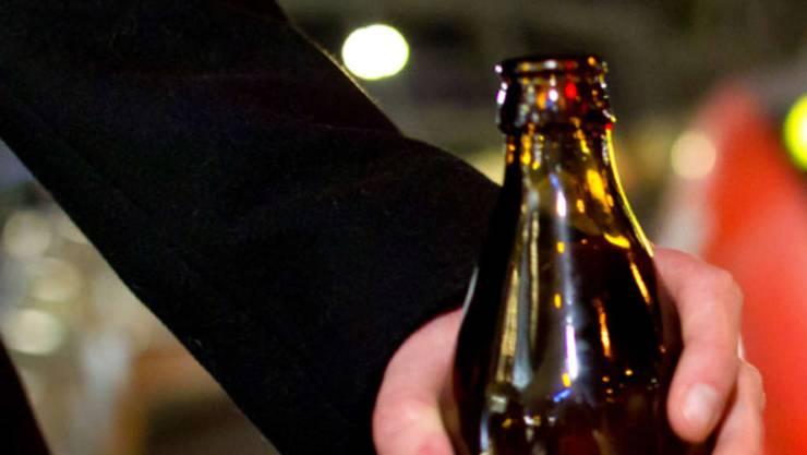 Der 20-jährige Mann wurde von einer Bierflasche am Kopf getroffen und erlitt Schnittverletzungen im Gesicht.