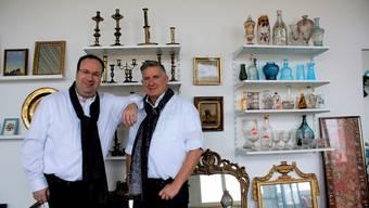 Ernst (links) und Markus Simonsohn führen morgen im Delta-Areal ihre erste Auktion durch.