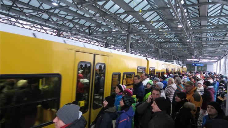 In Lauterbrunnen drängen die Fans in die Wengernalpbahn.