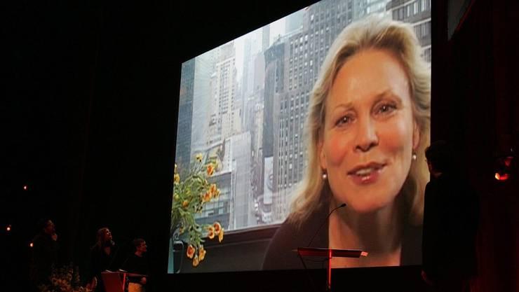 Marthe Keller bedankt sich mittels Videoübertragung für den Preis.