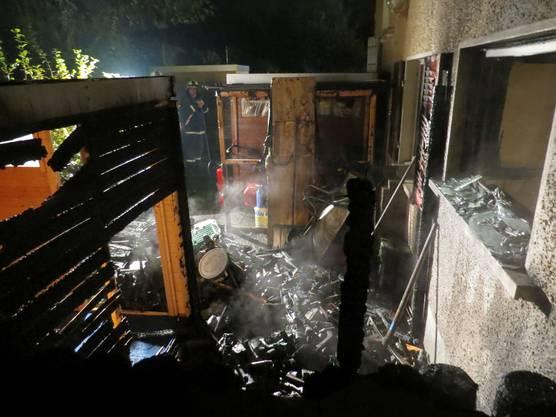 Das Feuer zerstörte die Einrichtung und zog auch ein Gartenhäuschen ...