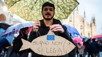 """Die Demonstranten folgten einem Aufruf der spontan entstandenen Anti-Lega-Bewegung der """"Sardinen""""."""
