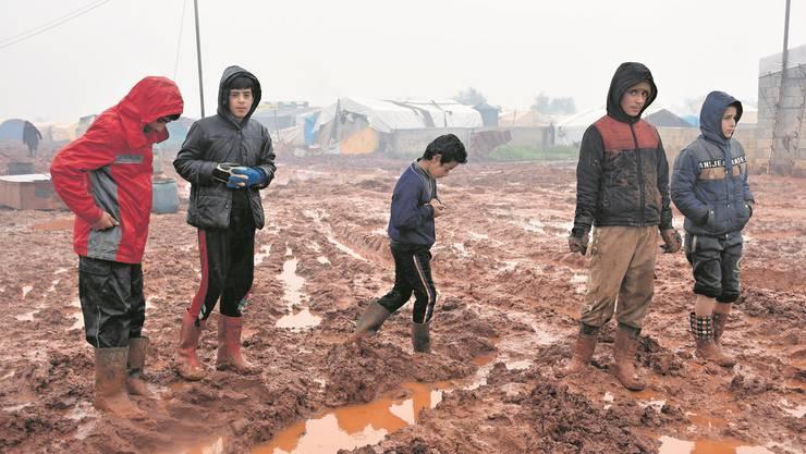 Kinder ausserhalb des Flüchtlingscamps Al-Ihsan in Idlib.