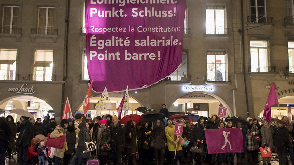 """""""Lohngleichheit Punkt. Schluss!"""" Das fordern Aktivistinnen und Aktivisten an einer Kundgebung in Bern. Der Nationalrat berät heute über Massnahmen gegen Lohndiskriminierung. (Archiv)"""